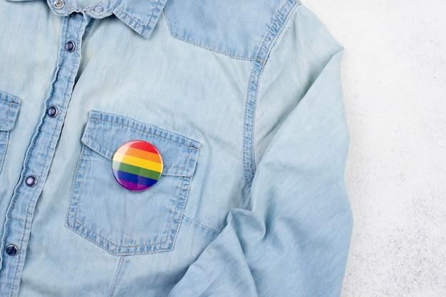 Camisa com emblema de coração Foto gratuita