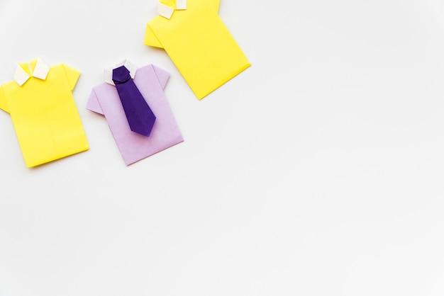 Camisa de papel artesanal amarelo e roxo, isolada no fundo branco Foto gratuita