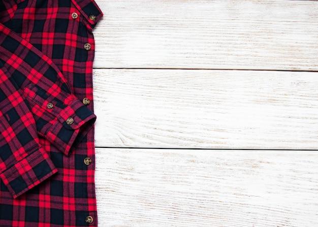 Camisa quadriculada preta vermelha sobre uma mesa Foto Premium
