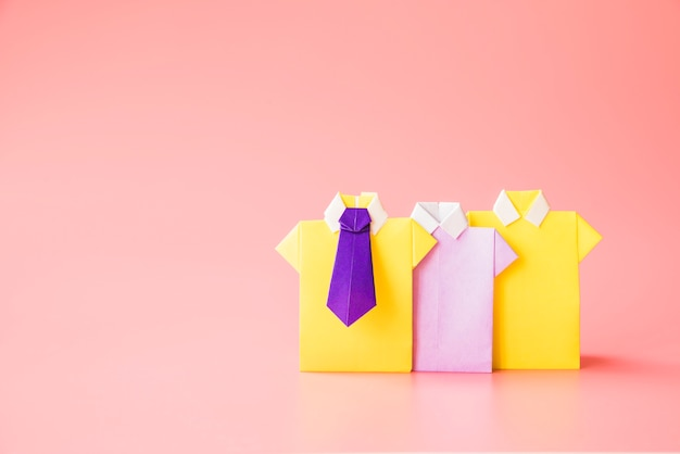 Camisas de papel de brinquedo colorido Foto gratuita
