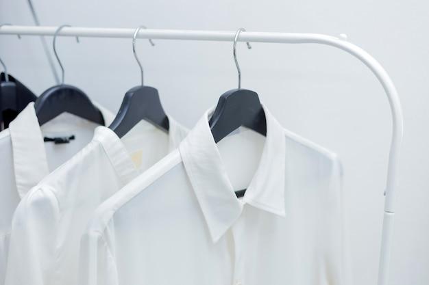 Camisas formais penduradas em um cabide Foto Premium