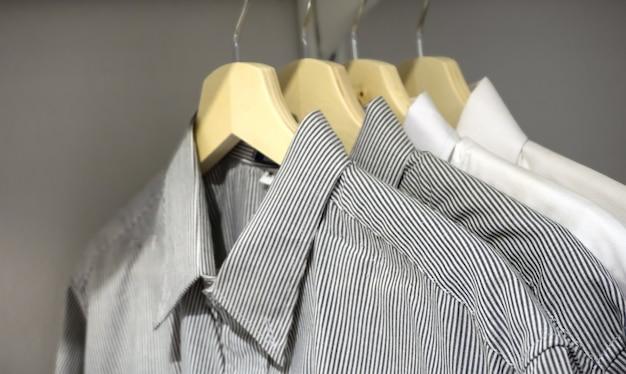 Camisas masculinas em cabide Foto Premium