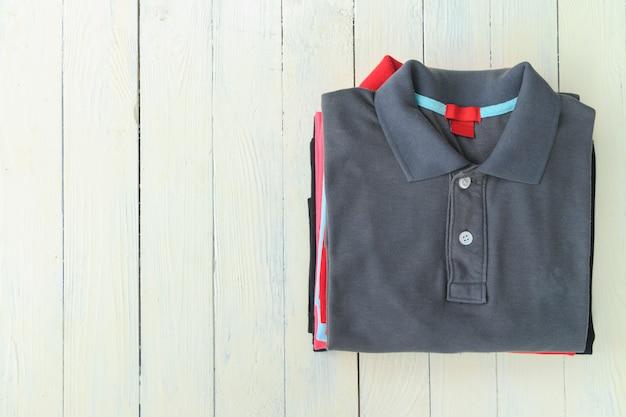 Camisas polo em madeira Foto Premium