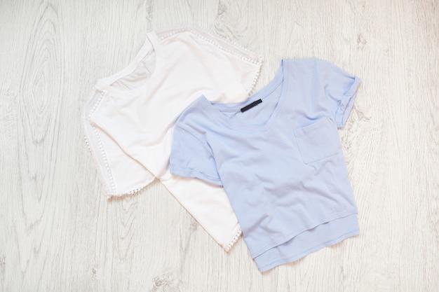 Camisetas brancas e azuis para bebês. conceito elegante Foto Premium