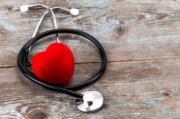Campanha do dia mundial da saúde com coração vermelho amor e estetoscópio do médico Foto Premium