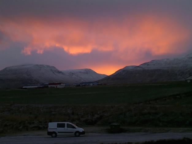 Camper van na estrada do país Foto Premium