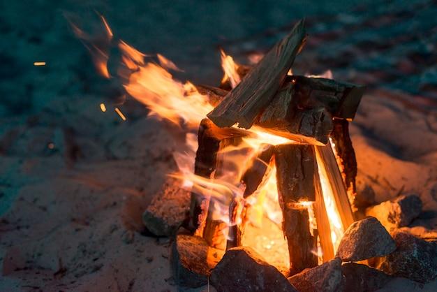 Camping fogo queimando à noite Foto gratuita