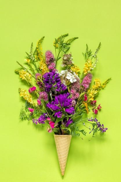 Campo de buquê colorido flores em casquinha de sorvete de waffle Foto Premium
