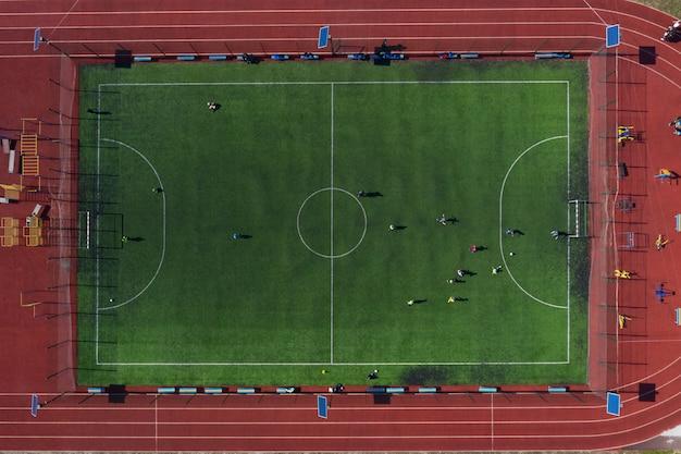 Campo de esportes de rua com um campo de futebol, tiro do zangão de cima Foto Premium