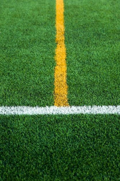 Campo de futebol de relva artificial verde relva artificial com limite de linha branca e amarela Foto Premium