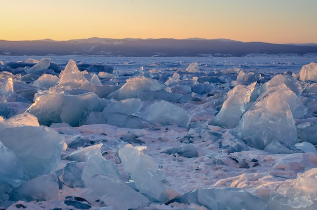 Campo de montes de gelo no lago baikal congelado Foto Premium