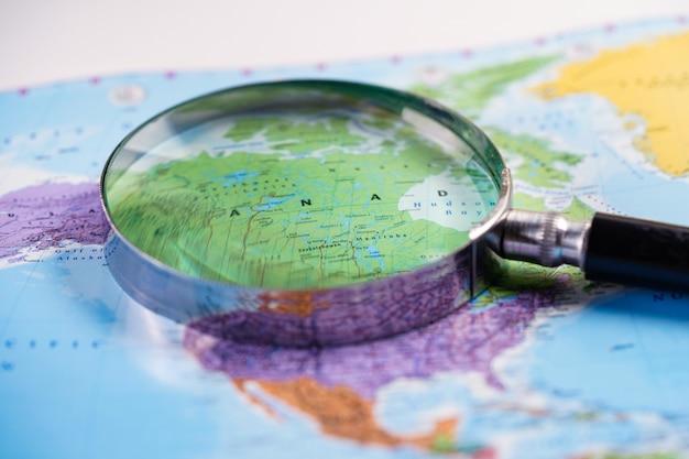 Canadá: lupa com mapa de luva do mundo. Foto Premium