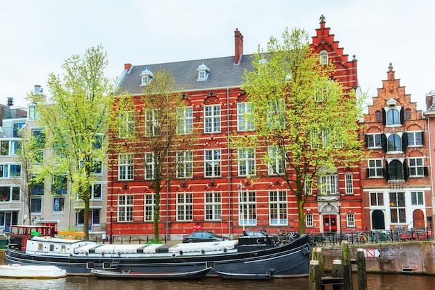 Canais de amsterdã e casas típicas. Foto Premium