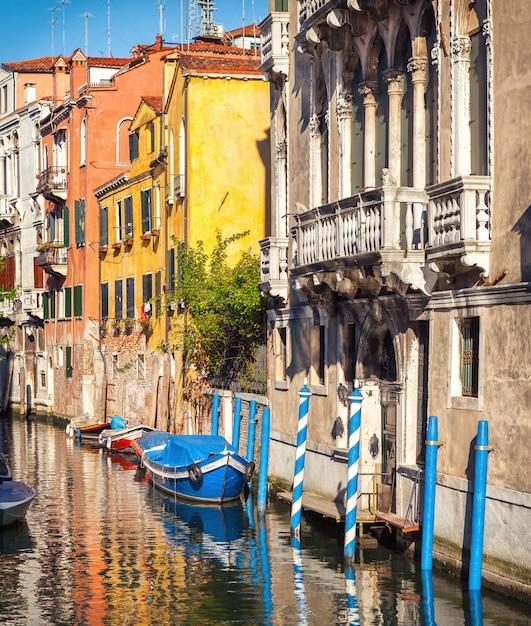 Canal estreito tradicional em veneza, itália. construções velhas medievais com um balcão do renascimento. Foto Premium