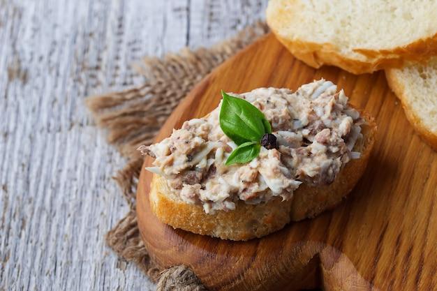 Canapés com salada de atum. Foto Premium