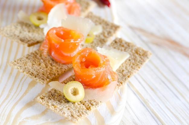 Canapés de aperitivo delicioso com salmão e queijo Foto Premium