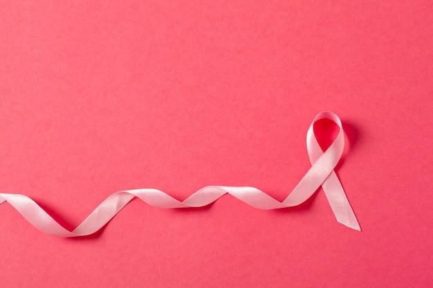 Câncer de mama fita rosa na superfície rosa Foto Premium