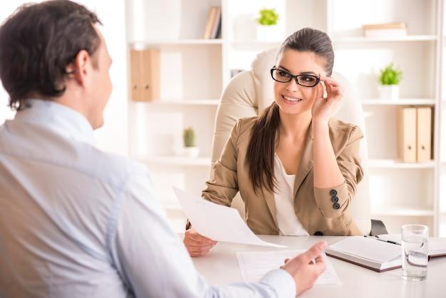 Candidato masculino de entrevista da mulher de negócios para o trabalho no escritório. Foto Premium