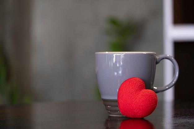 Caneca de café cerâmica cinza e coração vermelho Foto Premium