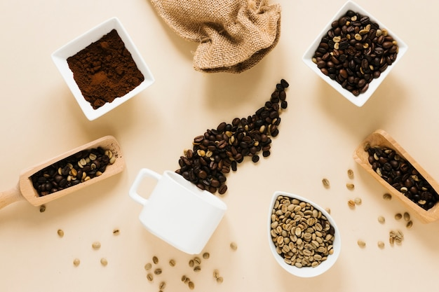 Caneca de café com café moído e grãos de café Foto gratuita