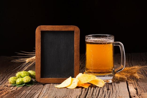 Caneca de cerveja vista frontal com lousa Foto gratuita