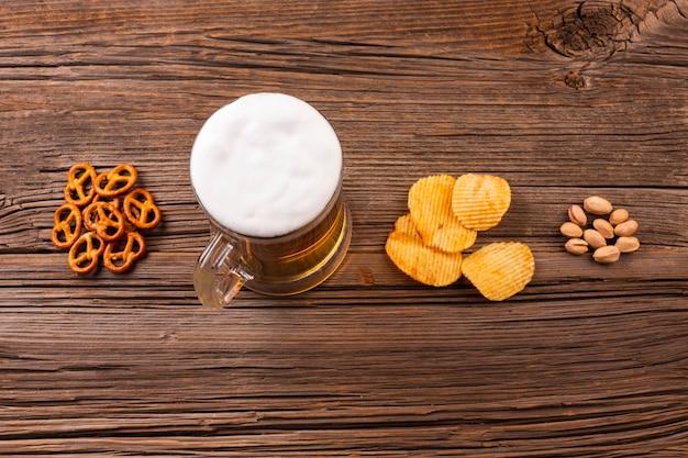 Caneca de cerveja vista superior com lanches Foto gratuita