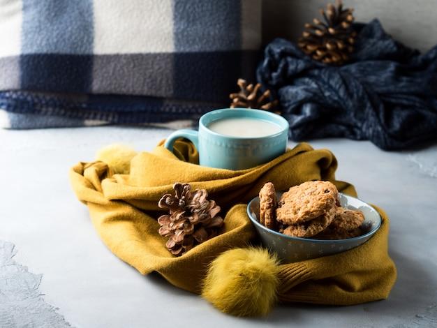 Caneca de chá com leite e biscoitos em um lenço macio Foto Premium