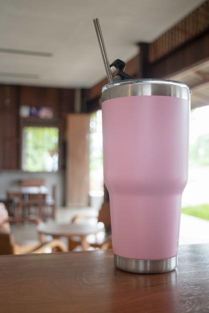 Caneca de copo térmico feita de aço inoxidável com canudo de metal Foto Premium