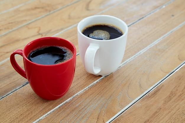 Caneca vermelha e branca dois café na madeira Foto Premium