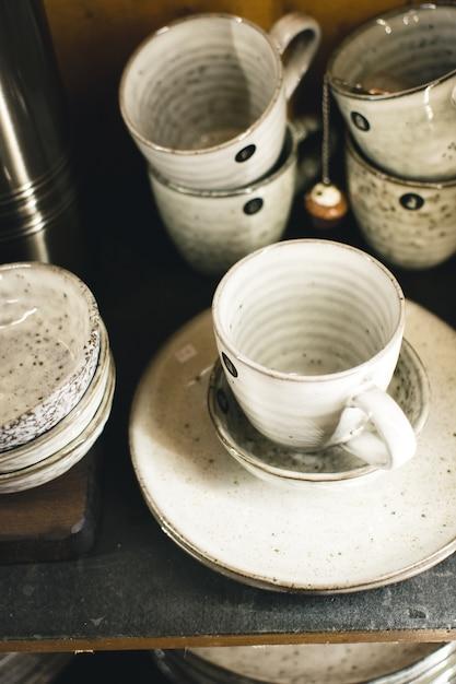 Canecas de chá de cerâmica vitrificada Foto gratuita
