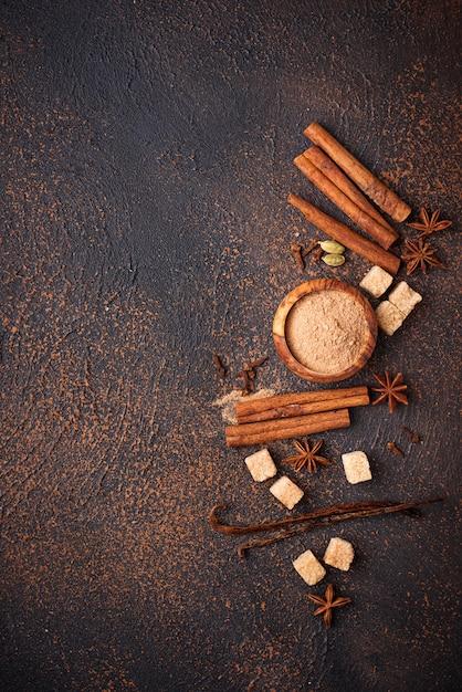 Canela, anis, cardamomo, trevo e açúcar Foto Premium