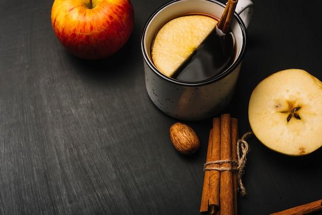 Canela e kernel perto de beber e maçãs Foto gratuita