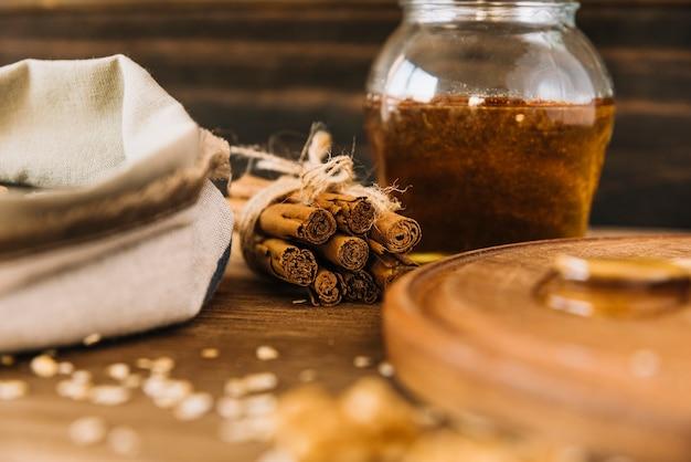 Canela e pote de mel Foto gratuita