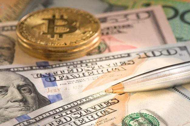 Caneta de closeup no dólar de usd e bitcoin para o conceito de negócio Foto Premium