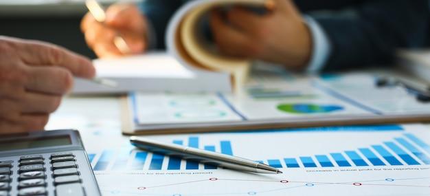 Caneta esferográfica de documentos de estatísticas financeiras Foto Premium