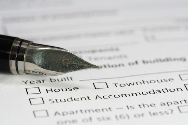 Caneta no papel de documento de habitação Foto Premium