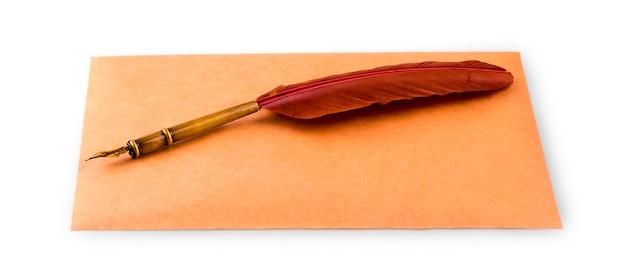 Caneta-tinteiro e envelope para escrever Foto Premium