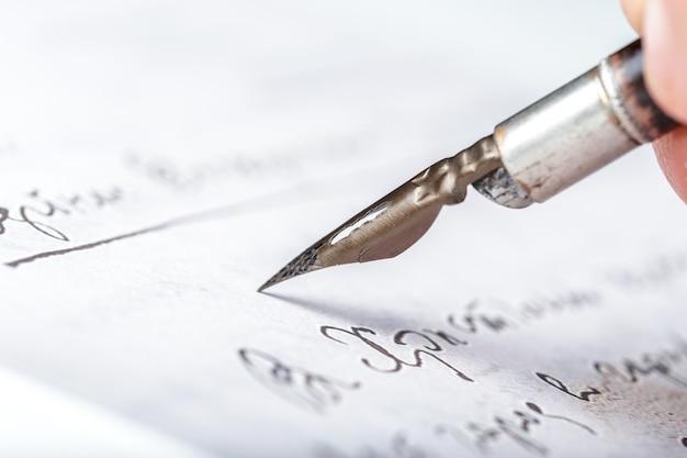 Caneta-tinteiro em uma carta manuscrita antiga Foto Premium