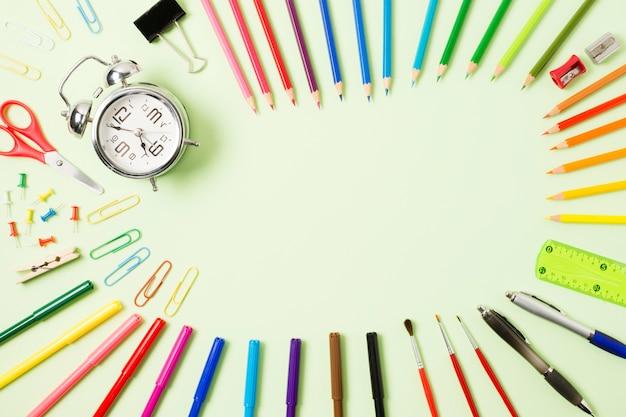 Canetas coloridas em uma superfície plana Foto gratuita