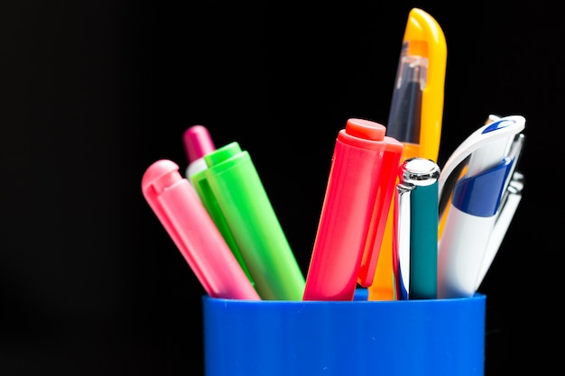 Canetas coloridas na cesta Foto Premium