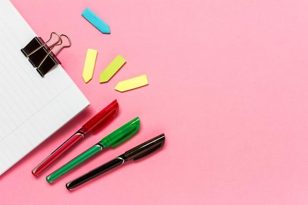 Canetas coloridas, notas auto-adesivas, caderno rosa Foto Premium