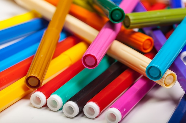 Canetas com ponta de feltro multicoloridas isoladas em um branco Foto Premium