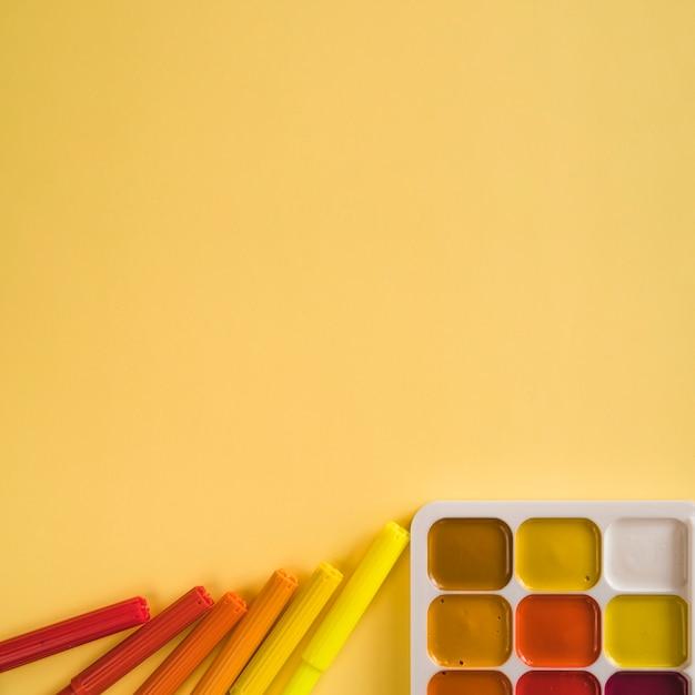 Canetas de feltro e tinta aquarela Foto gratuita