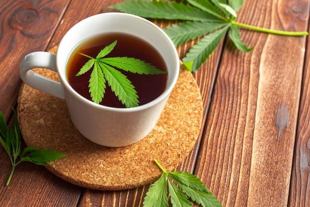 Cannabis herbal tea e folhas de maconha Foto Premium