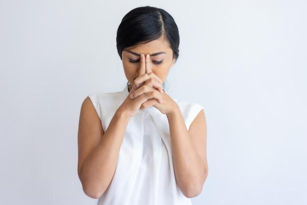 Cansado menina coreana que sofre de dor de cabeça Foto gratuita