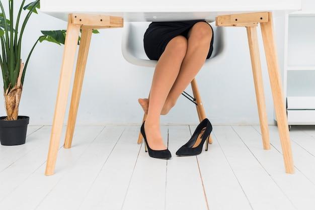 Cansado mulher sentada à mesa Foto gratuita