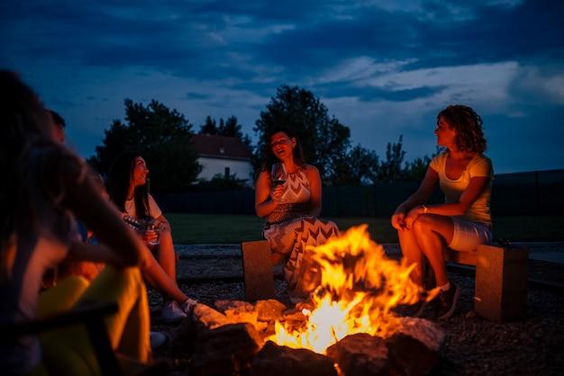 Cantando em volta da fogueira. Foto Premium