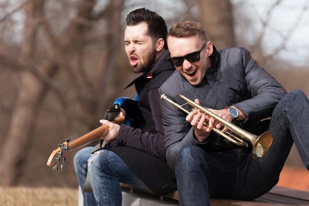 Cantando, músicos, banco Foto gratuita