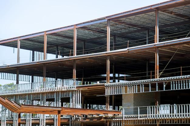 Canteiro de obras com os parafusos prisioneiros de aço do edifício usados para quadro no edifício comercial. Foto Premium