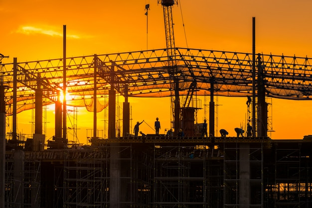 Canteiro de obras ocupado operar no início do edifício no local Foto Premium